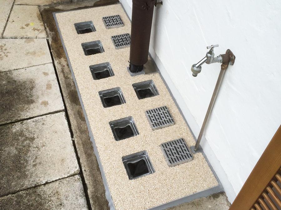 Integrierte Aussparrung für Wasserleitung und Dachrinnenablauf