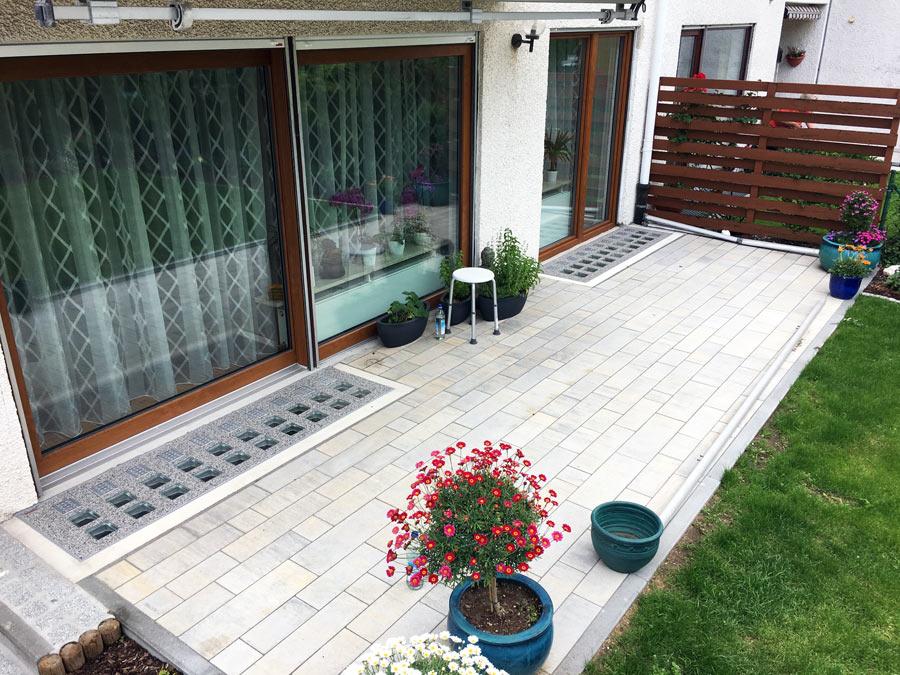 Isartaler Lichtschacht-Abdeckung in die Terrasse integriert