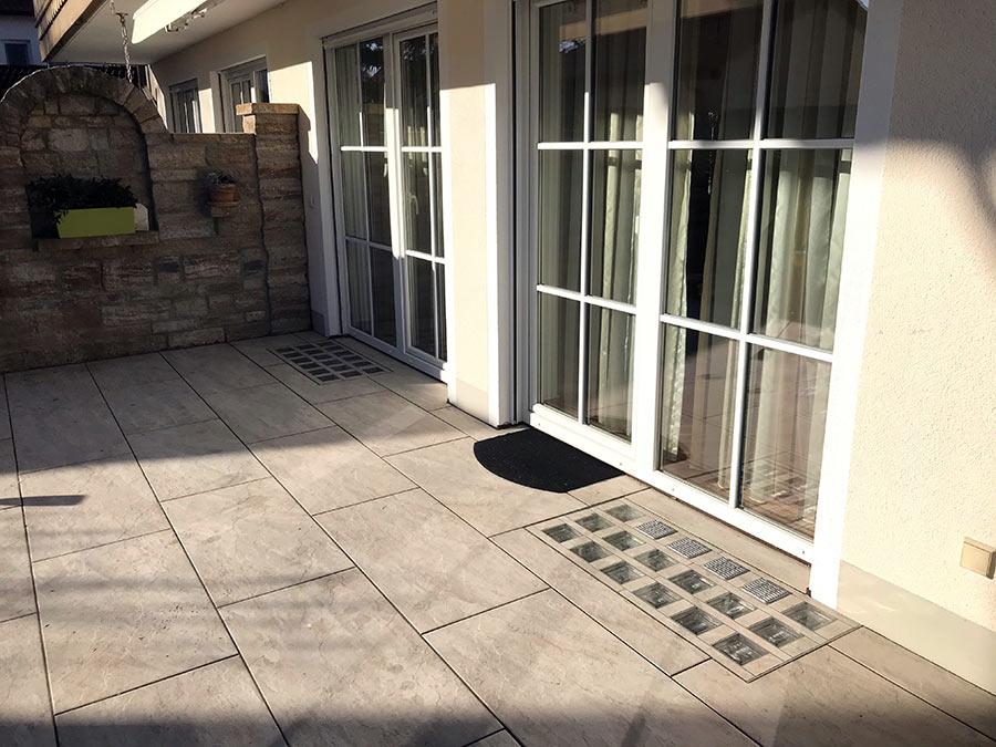 Lichtschacht-Abdeckung auf Terrasse