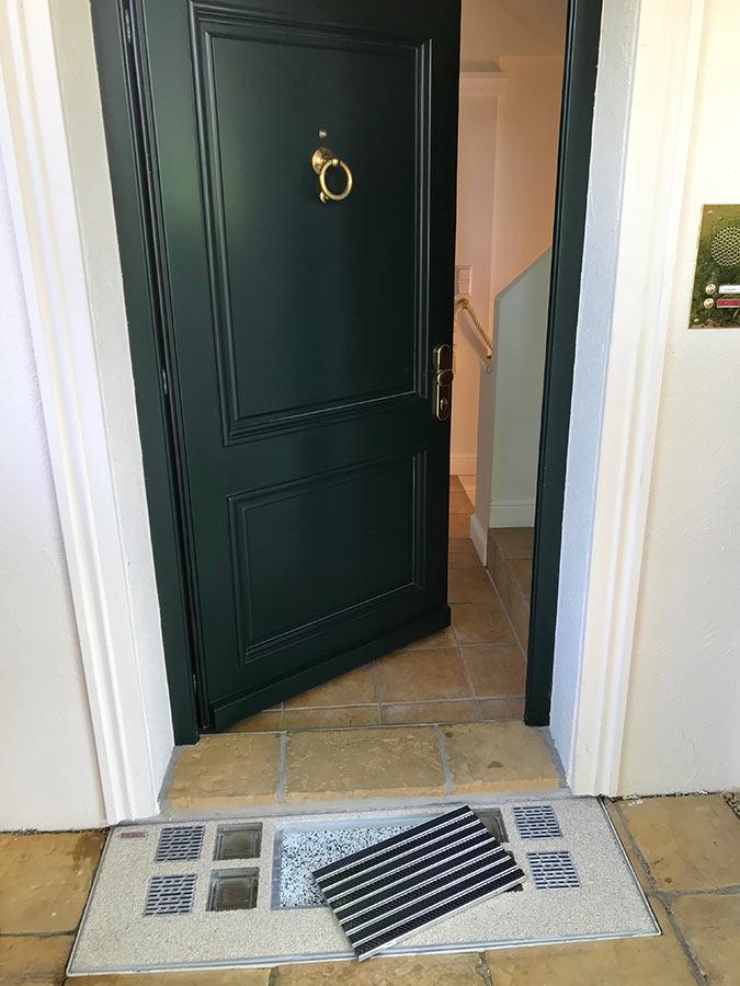 Lichtschacht-Abdeckung im Eingangsbereich mit herausgenommener Fußmatte