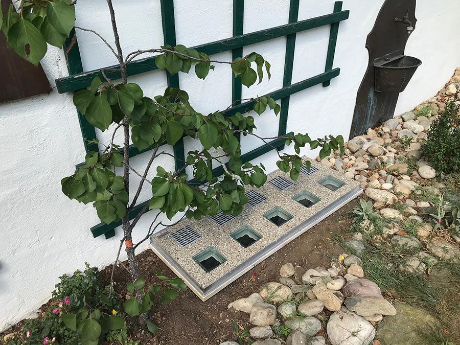 Lichtschacht-Abdeckung im Garten
