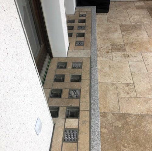 Lichtschacht-Abdeckung in Terrasse integriert