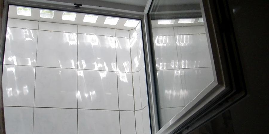 Lichtschacht-Abdeckung in gefliesstem Kellerschacht