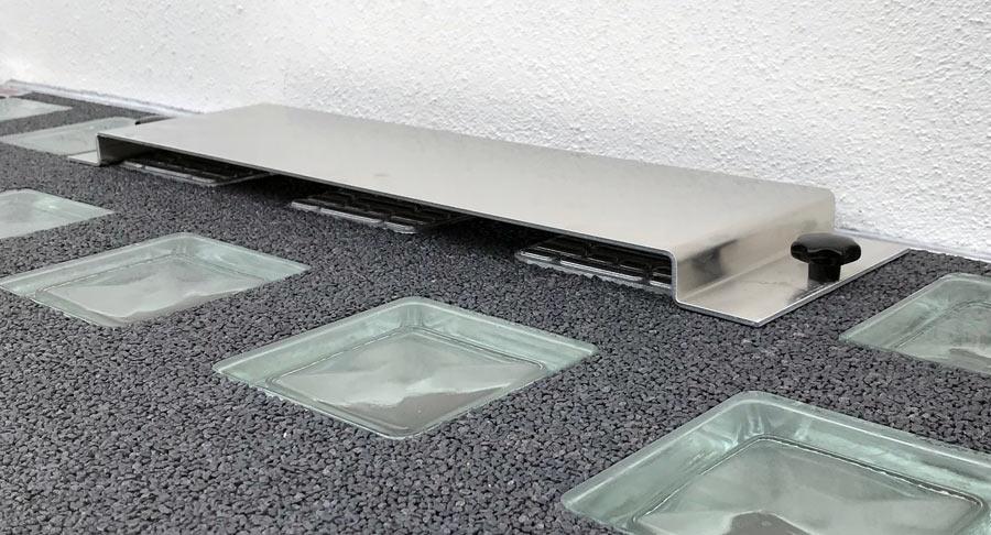 Lichtschacht-Abdeckung mit Wasserschutzdach