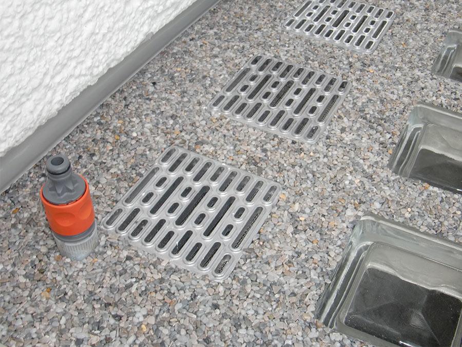 Lichtschacht-Abdeckung mit integriertem Wasseranschluss