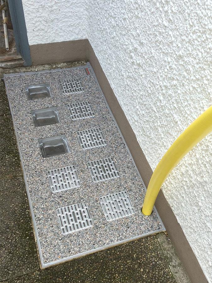 Lichtschacht-Abdeckung mit integrierter Pumpenschlauch-Durchführung