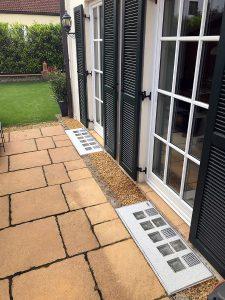 Lichtschacht-Abdeckungen in Terrasse integriert