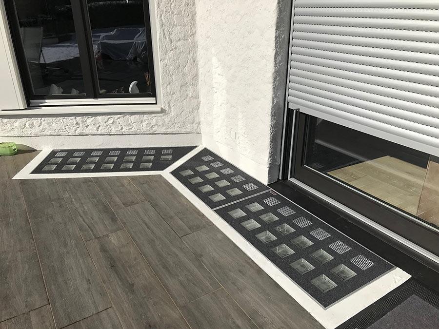 Lichtschacht-Abdeckungen ums Eck auf Terrasse